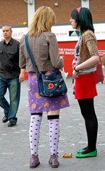 Liverpool: Junge Frauen in ausgefallener Jugendmode