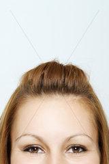 Stirn einer jungen Frau