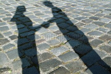 Schatten zweier Menschen  die sich die Hand geben