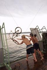 Badende Jugendliche am Starnberger See