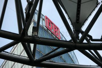 Logo der Deutschen Bahn auf der Firmenzentrale am Potsdamer-Platz