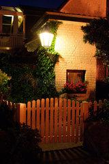 Timmendorf auf der Insel Poel  beleuchtetes Hauseck bei Nacht