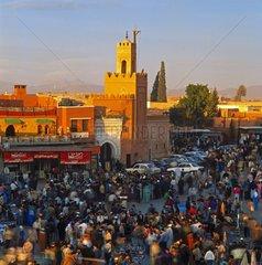 Abendlicher Betrieb auf dem Djemaa el Fna in Marrakesch