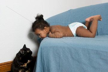 Kleinkind mit Hauskatze