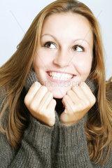 Portrait einer jungen Frau im Wollpullover