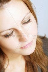 Portrait einer jungen Frau mit geschlossenen Augen
