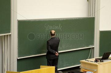 Professor an der Tafel im Hoersaal der Ruhr Universitaet Bochum