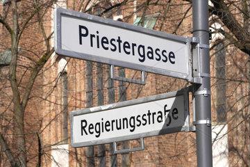 Kreuzung Priestergasse/Regierungsstrasse. Symbolbild Kirche und Staat