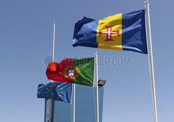 Madeira: Die Fahnen von Portugal  Europa und Madeira