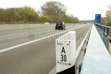 Markierungspfosten auf der Autobahn A 30
