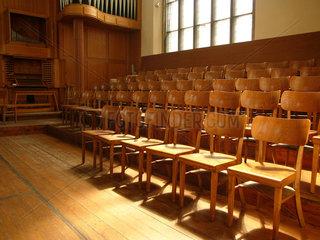 Stuhlreihen in der Kirche