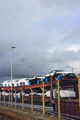 Bremerhaven  Deutschland  Neuwagen der Marke Audi stehen auf einem Autozug