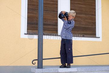 Junge mit Spiegelreflexkamera