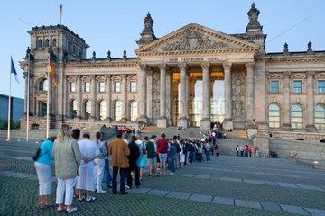 Berlin  Deutschland  Besucher stehen vorm Westeingang des Reichstags an