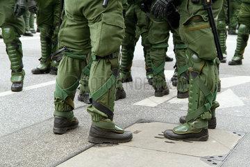 Polizeieinheit am Rande des ASEM-Treffens in Hamburg