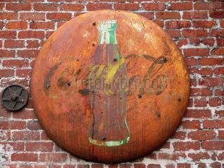 Alte verrostete Coca Cola Werbung
