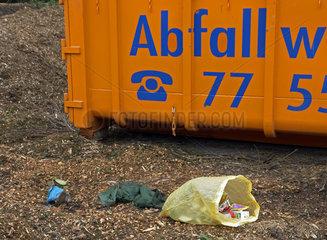 Abfallcontainer auf dem Friedhof