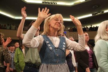 Glaeubige der Thomas Road Baptist Church waehrend des Gottesdienstes