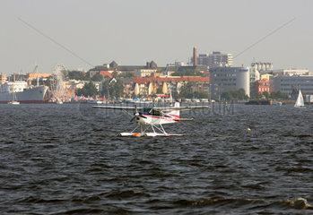 Rostock  Deutschland  Wasserflugzeug ist auf der Warnow gelandet