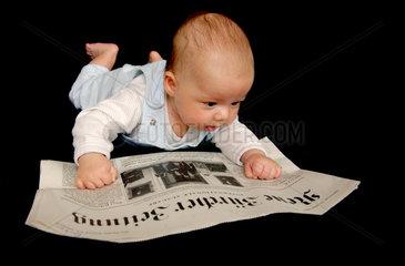 Baby liest Zeitung