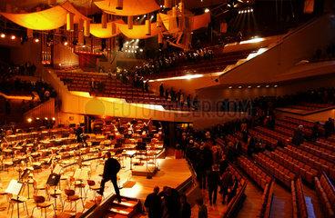 Besucher verlassen den Konzertsaal der Berliner Philharmonie