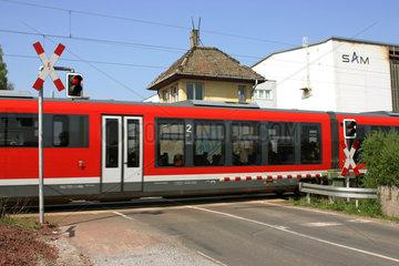 Magdeburg  Deutschland  Regionalbahn an einem beschrankten Bahnuebergang