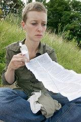 Frau liest Medikamentenbeipackzettel