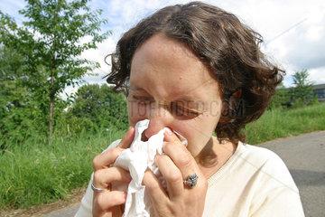 Frau putz sich die Nase