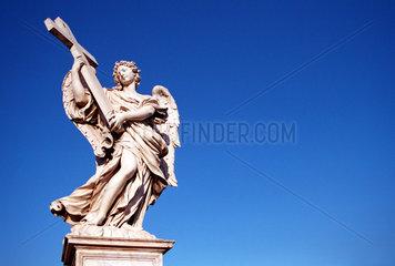 Rom  eine Engelsstatue mit christlichen Kreuz