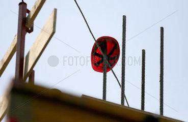 Roter Schutzhelm auf einer Baustelle