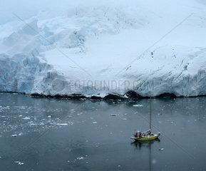 Antarktis  Segelschiff vor Eiskueste