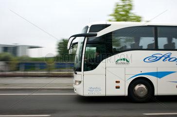 Berlin  Deutschland  ein Reisebus faehrt durch das Regierungsviertel