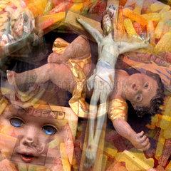 Fotomontage aus Puppen  Jesus am Kreuz und Suessem