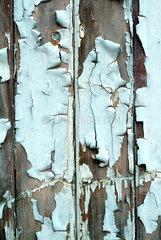 Abblaetternder Lack an einer Holzwand