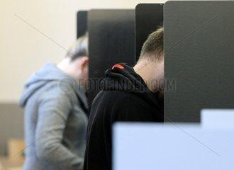 Waehler in einem Wahllokal