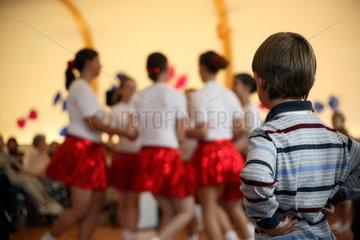 Berlin  kleiner Junge bestaunt eine Kindertanzgruppe