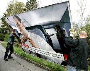 Wahlplakate werden aufgestellt