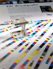 Berlin  Standlupe auf Papierboegen mit Druckkontrolleiste