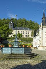 Marktbrunnen  Rathaus und Kirche in Leutenberg  Thueringen  Deutschland  Europa