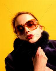 Erotisch blickende Frau mit Sonnenbrille
