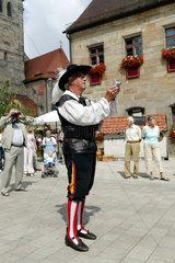 Altdorf  Deutschland  kostuemierter Mann fotografiert mit einer Digitalkamera