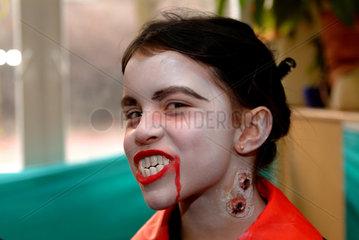 Berlin  Maedchen als Vampir verkleidet