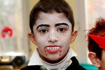 Berlin  Junge als Vampir verkleidet