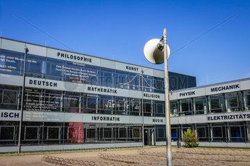 Themenbild Schulbildung  Gymnasium  Fassade mit Zitaten und Formeln  Deutschland