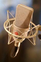 Berlin  Deutschland  ein Neumann-Mikrofon in einem Tonstudio