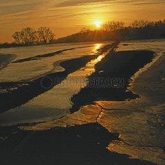 Eis und Sonnenuntergang im Winter