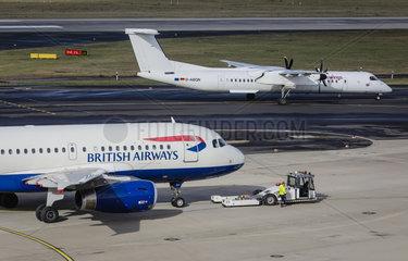 British Airways Flugzeug auf dem Weg zur Startbahn  Flughafen Duesseldorf International  DUS  Nordrhein-Westfalen  Deutschland