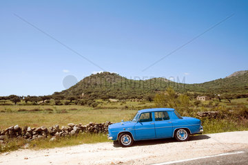 Caceres  Spanien  alter Renault 8 auf einer Landstrasse