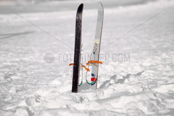 Zwei Skier im Schnee