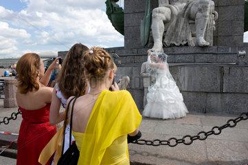Sankt Petersburg  Russland  Brautpaar an der Peter-Paul-Festung